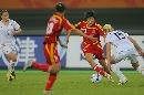 图文:[世界杯]中国VS新西兰 带球突进