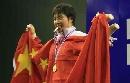 图文:女子53公斤级颁奖式 李萍尝尝金牌的味道