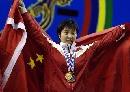 图文:女子53公斤级比赛 李萍身披国旗接受欢呼