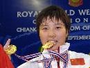 图文:女子53公斤级比赛 李萍对金牌爱不释