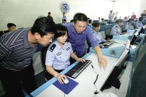 图为市民代表在参观新指挥中心。