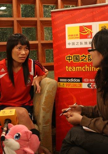 图文:李洁谢彩霞做客中国之队 目光深远