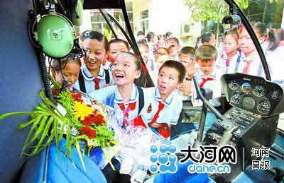前来参观的小同学对各种警用装备充满了好奇 本报记者郭宇摄