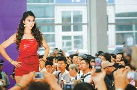 """昨日,深圳首届性文化节在会展中心开幕,蜂拥而至的参观者""""挤爆""""展厅。据统计,当天有6000多市民入场大方观展。图为性文化节上的情趣时装秀。晶报记者张定平/摄"""