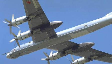 """资料图片:图-95型""""熊""""式轰炸机"""