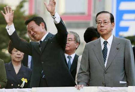 麻生太郎(左)与福田康夫在东京参加选举活动。