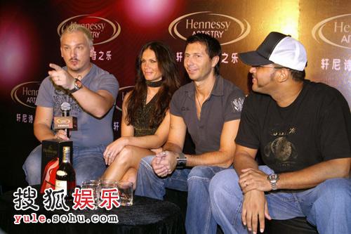欧洲电音组合Karma和香港知名的美国DJ Gruv