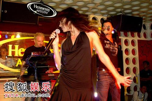 欧洲知名电音组合Karma在派对中的表演