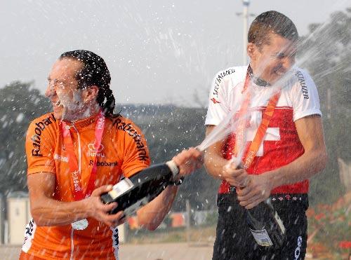 图文:国际山地自行车邀请赛 颁奖台上狂欢