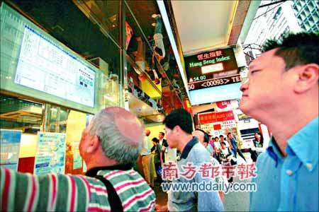 香港市民关注恒生指数。受港股直通车等利好消息影响,恒生指数连续上扬,19日突破25000点,并开始连续3天创新高,昨天收市报25843点。CFP