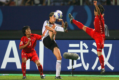 图文:[世界杯]德国VS朝鲜 双脚对决