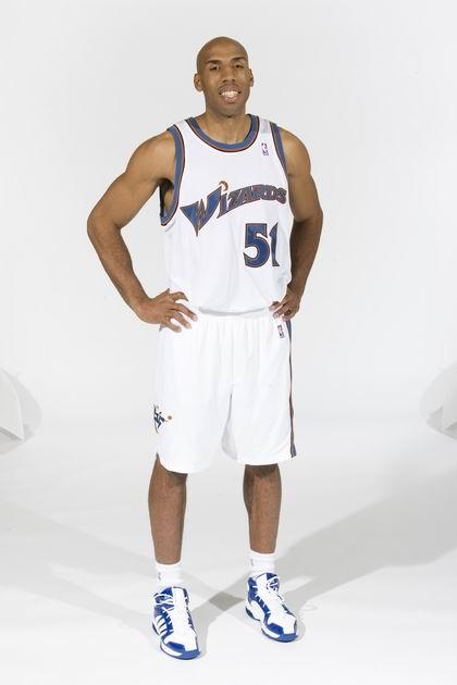 图文:[NBA]雄鹿签约大前锋鲁芬 笑容可掬