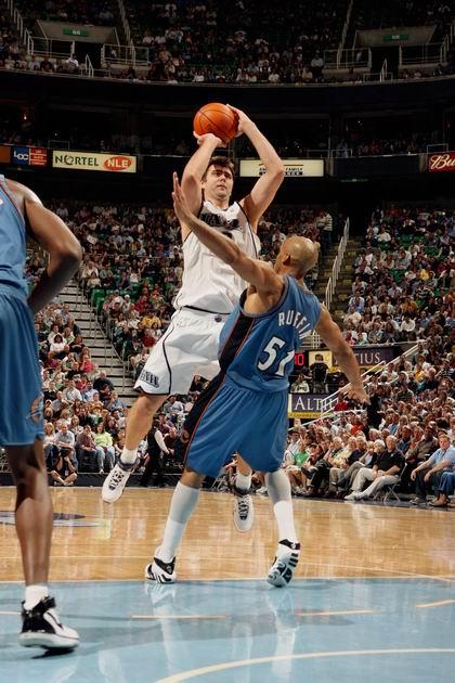 图文:[NBA]雄鹿签约大前锋鲁芬 堵枪眼