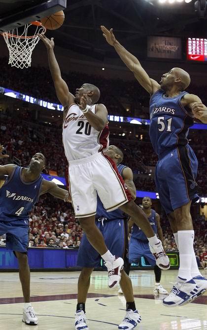 图文:[NBA]雄鹿签约大前锋鲁芬 送揽入框