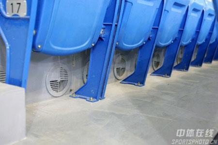 图文:08奥运羽毛球场馆建成 蓝色座椅舒适美观