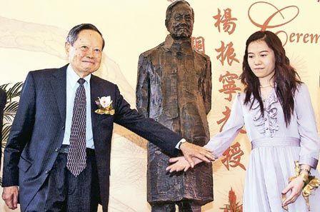 """22日是杨振宁(左)85岁生日,他与妻子翁帆(右)出席中大举行的杨振宁铜像致赠仪式。杨振宁在2004迎娶当时28岁的硕士学生翁帆,引来轰动,他笑言""""知名度一时增加10倍""""。(香港明报图;曾国宗摄)"""