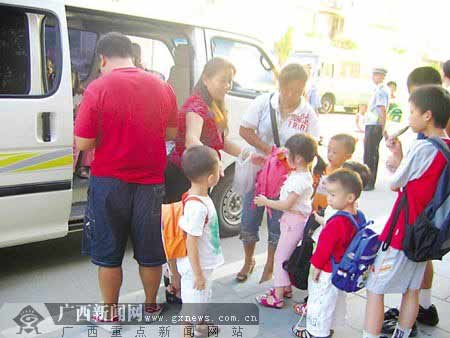 交警责令幼儿园负责人把超载的孩子分批送回家。