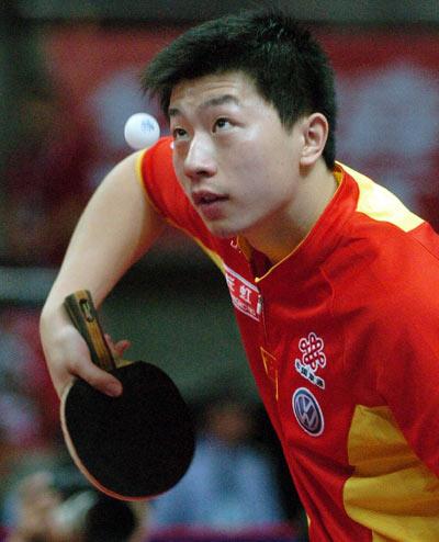 图文:亚乒赛男单王皓4-0马龙夺冠 侧身发球