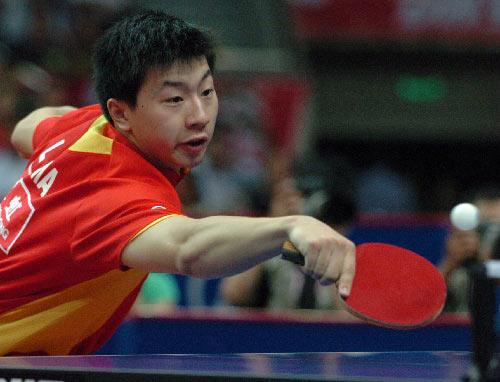 图文:亚乒赛王皓4-0马龙夺冠 台上反手搓球