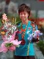 图文:亚乒赛女单张怡宁夺金 领奖台上笑意盎然