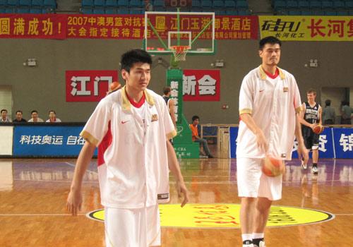 图文:男篮备战子弹队 姚明和王磊