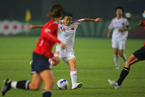 图文:[世界杯]中国0-1挪威 张欧影带球