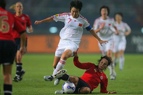图文:[世界杯]中国0-1挪威 毕妍带球突破