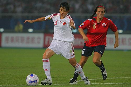 图文:[世界杯]中国0-1挪威 谢彩霞带球突进