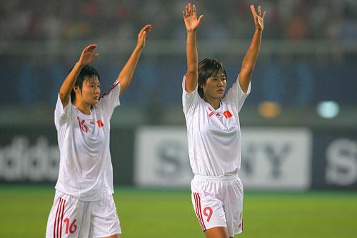 图文:[世界杯]中国0-1挪威 韩端向球迷致意