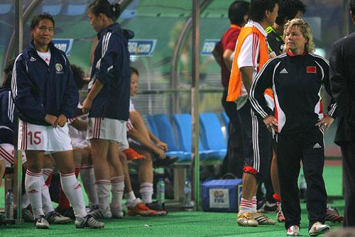 图文:[世界杯]中国0-1挪威 球员呆坐替补席
