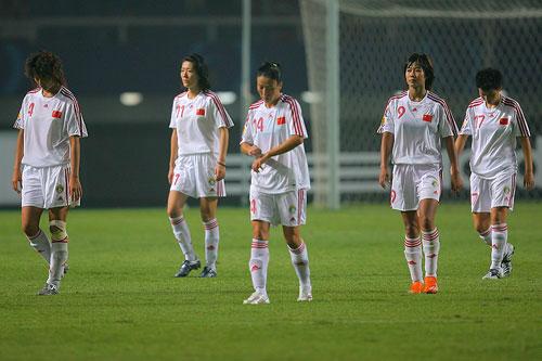 图文:[世界杯]中国0-1挪威 退场时无比落寞