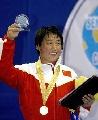 图文:摔跤世锦赛女自由式67kg 景瑞雪高举奖杯