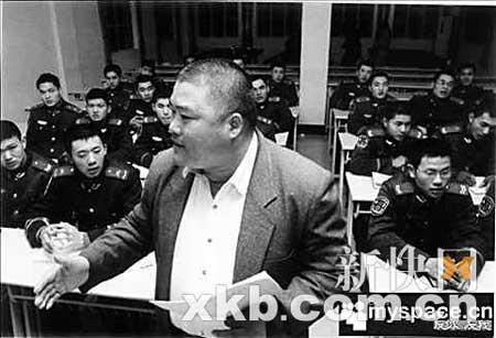 """六年来,""""胖老师""""为武警战士当义务英语老师,分文不取。"""