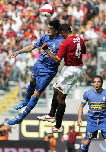 图文:罗马2-2尤文 胡安、亚昆塔看谁的头更硬