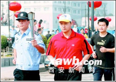 28岁的宋岩(着红衣)出现在特奥会火炬跑预演现场。记者王晓林实习生常博摄