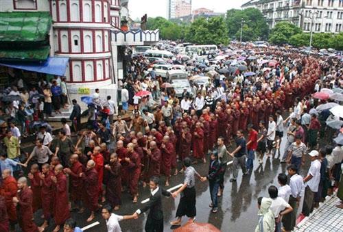 9月23日,缅甸仰光,大约2万名僧侣和市民走上街头,反对军事独裁。