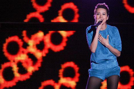 梁咏琪用甘甜的声音倾情演唱。