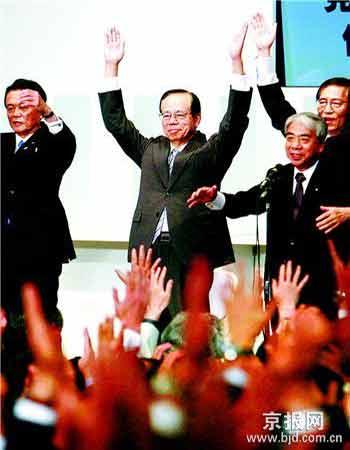 昨天,日本前内阁官房长官福田康夫(中)与自民党干事长麻生太郎(左)等官员参加庆祝福田康夫当选自民党总裁的活动