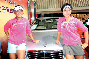 韩馨蕴和徐一璠(右)客串了一回车模  摄/记者 谷欣