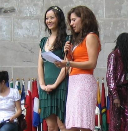 图文:华裔女歌手演绎