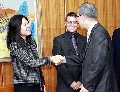 2007年9月19日,中国绿色和平的崔喜晶与国际绿色和平总干事及其他国家办公室同事一起,应邀与联合国秘书长潘基文会面。图为崔喜晶在与潘基文握手。