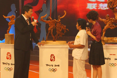 图文:联想奥运火炬手南京赛区 储德翰展示根雕