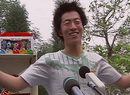 图文:奥运助威团高声呐喊 口号刘翔加油