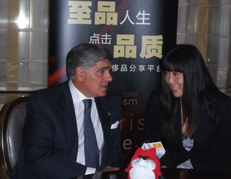 意大利公使谢飒与王敏交谈