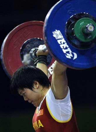 图文:世锦赛女子69公斤级 刘春红抓举比赛夺金
