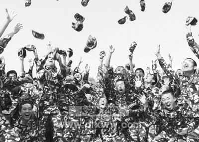 大学生大量收购军训服 不愿透露回收后去向(图
