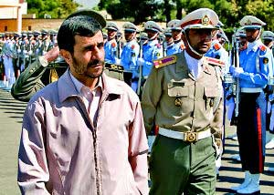 23日,伊朗总统内贾德(左)在出发前检阅仪仗队。