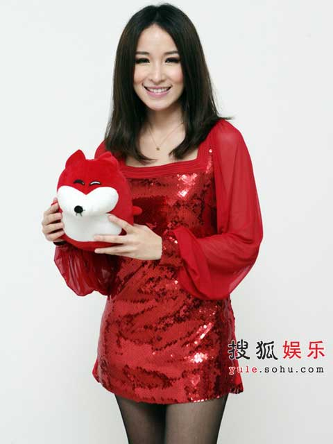 萧亚轩红色短裙闪亮夺目