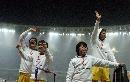 图文:中国足彩贺岁杯足球义赛 球员向观众致谢