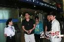 组图:金东万抵达上海 粉丝声势浩大热情接机